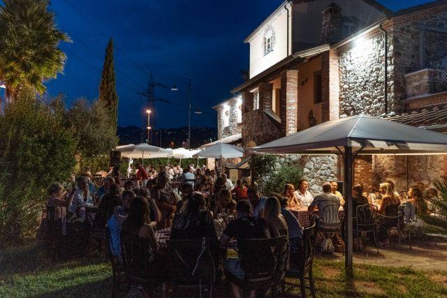 """""""Fatece largo che TORNAMO noi......"""" Stasera riapriamo finalmente...vi aspettiamo dalle 19.30 con i nostri piatti tipici  della cucina romana....si consiglia la prenotazione al 0187-761810  #laspezia #sarzana #lafraschettaromana #fraschetta"""